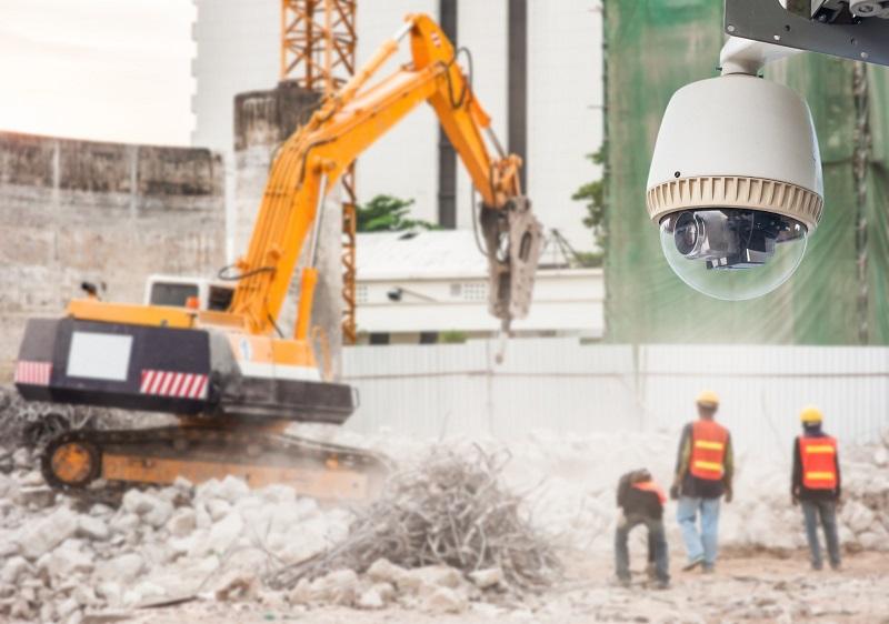 Installateur de caméra de surveillance sur les chantiers